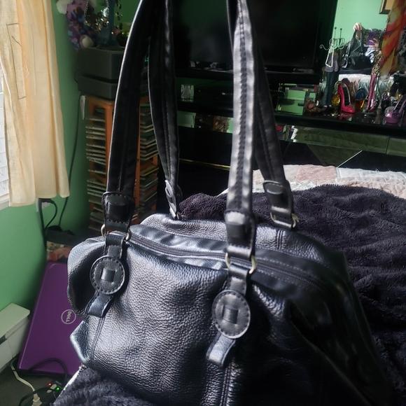Liz Claiborne Handbags - Liz Clairborne Black Leather Satchel Hangbag
